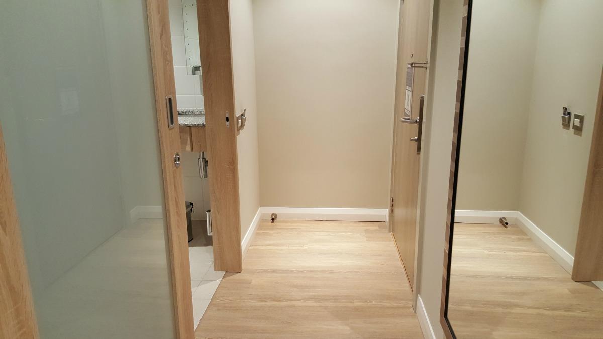 hampton-by-hilton-glasgow-central-wheelchair-accessible-room-entrance