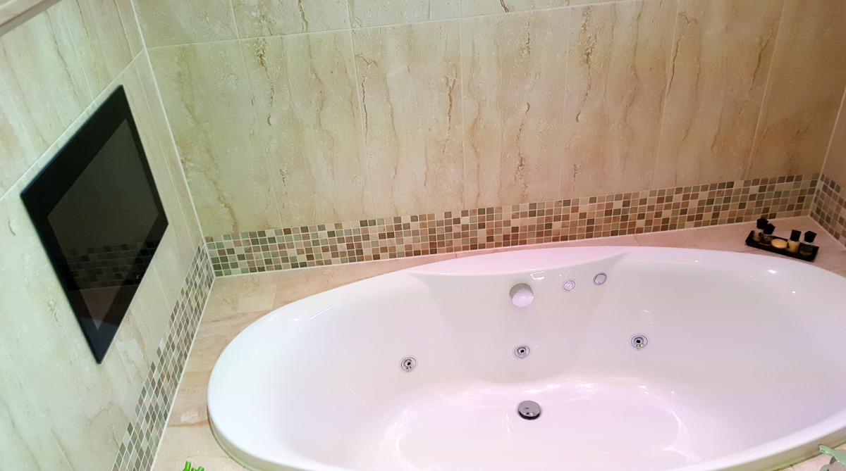 The bradbury jetspa bath and TV