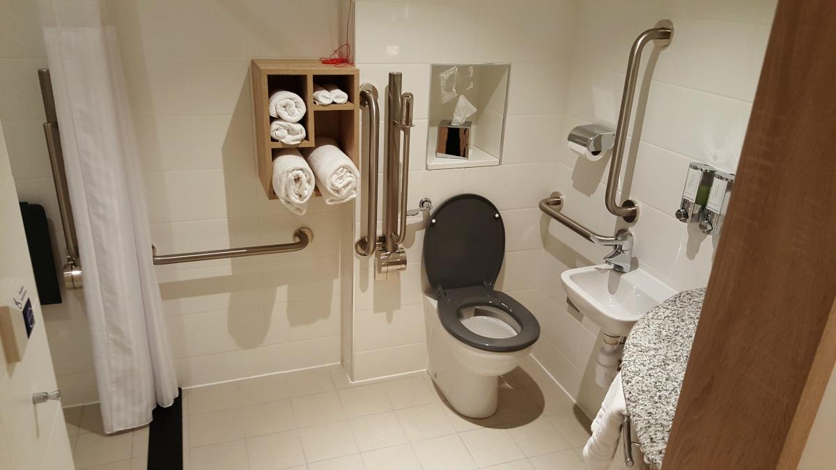 hampton-by-hilton-glasgow-central-bathroom