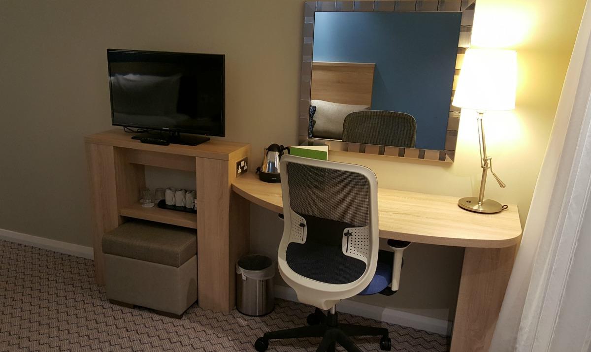 hampton-by-hilton-glasgow-central-desk-tv