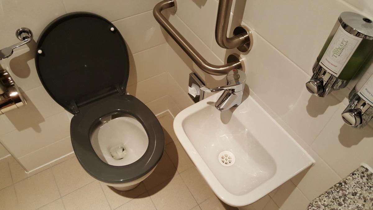 hampton-by-hilton-glasgow-central-toilet