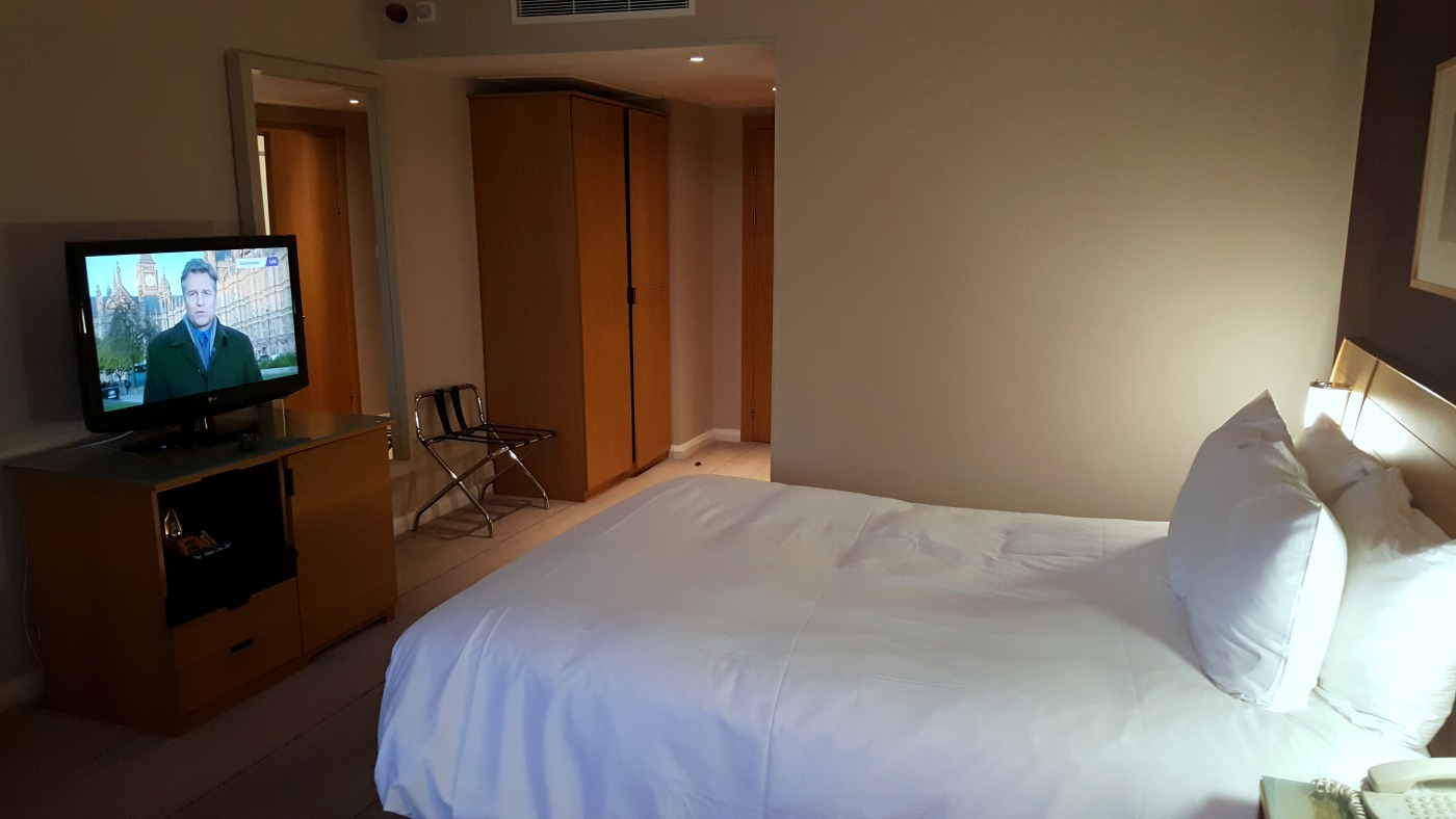 hilton-newcastle-gateshead-hotel-queen-executive-accessible-room-bed-TV