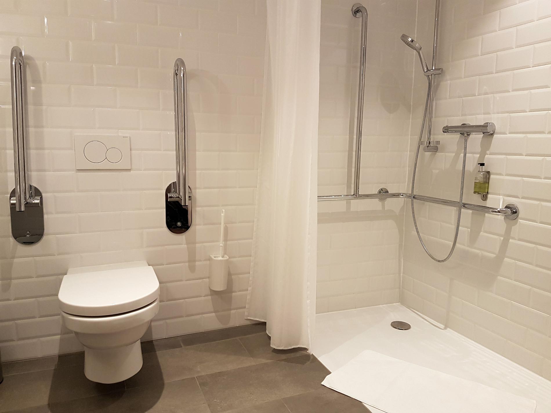 hotel-schani-wien-accessible-bathroom-toilet-roll-in-shower