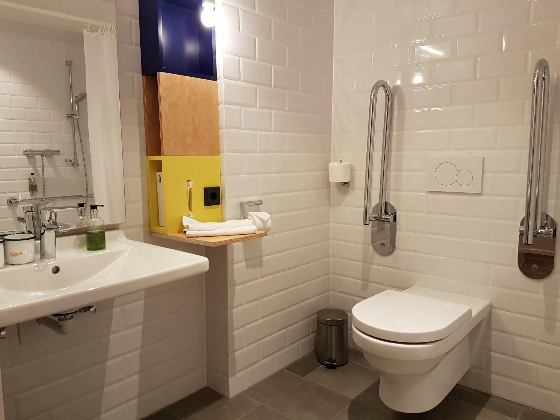 hotel-schani-wien-accessible-bathroom