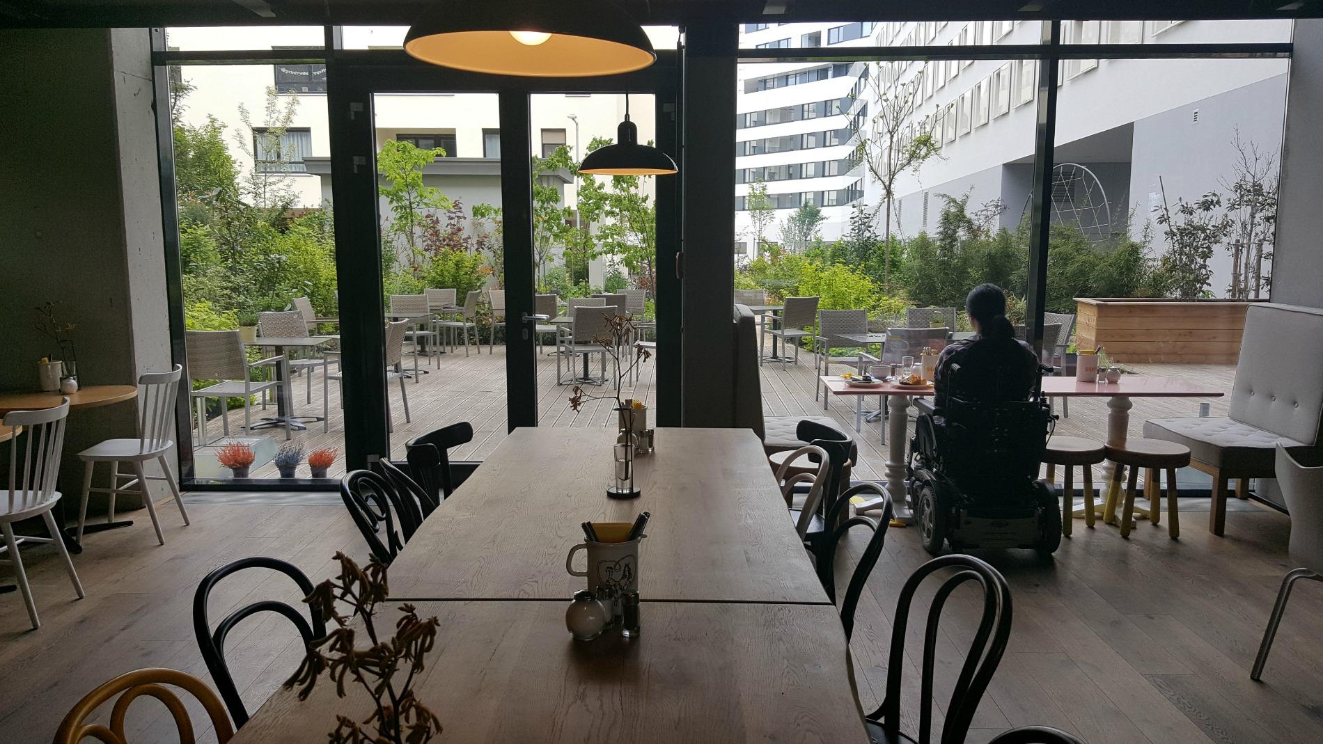 hotel-schani-wien-breakfast-lobby-garden-view