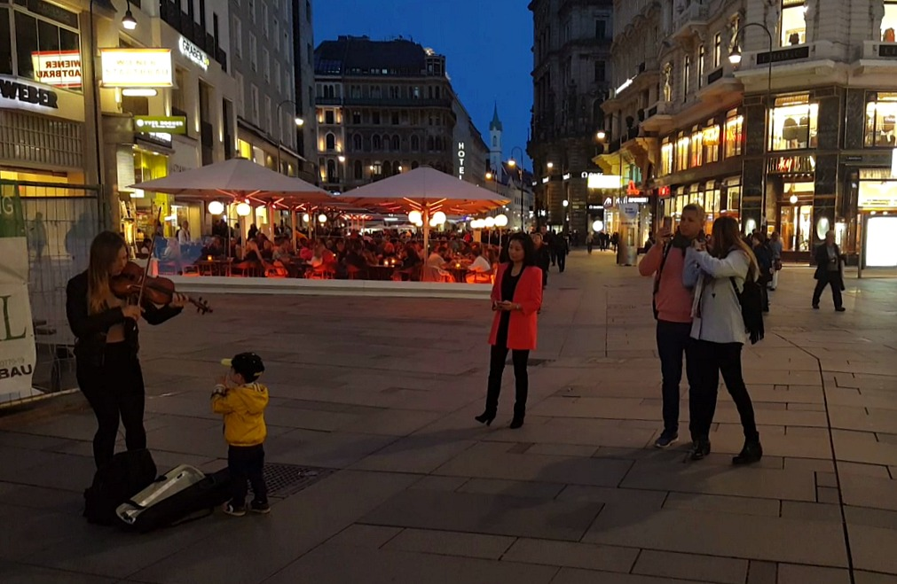 street performers on Stephansplatz wien at night