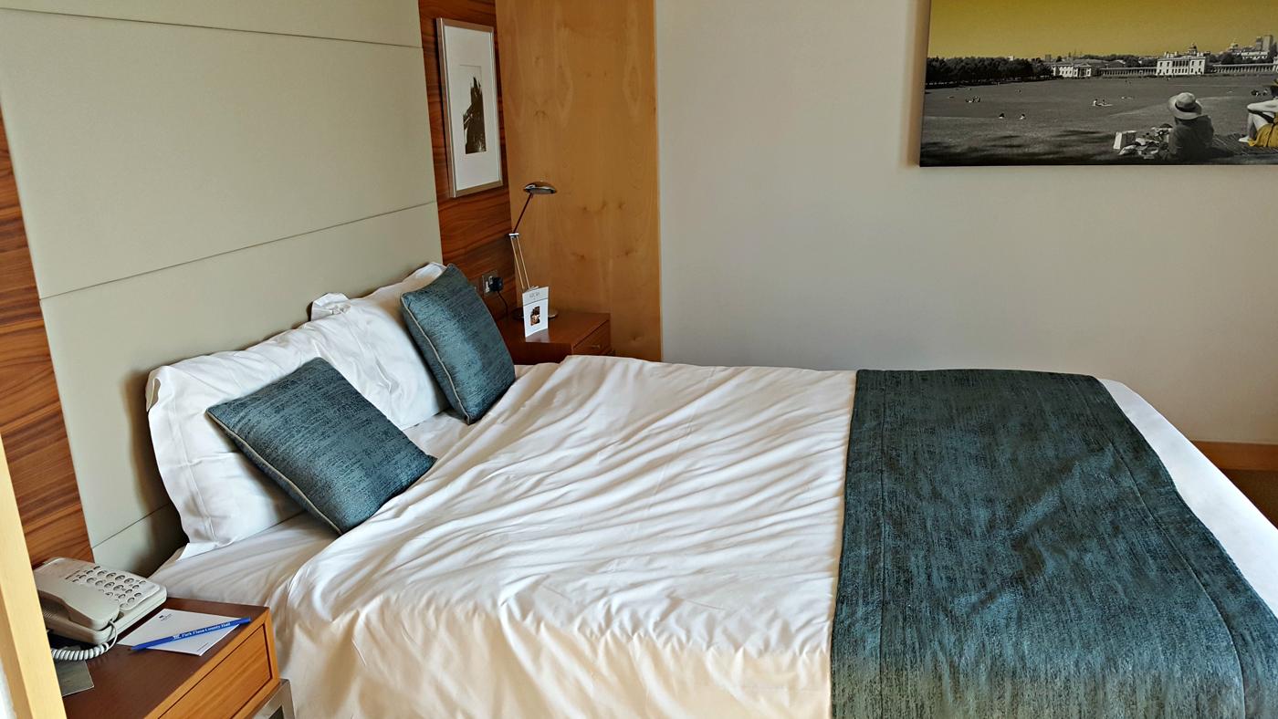 park-plaza-county-hall-junior-suite-bedroom
