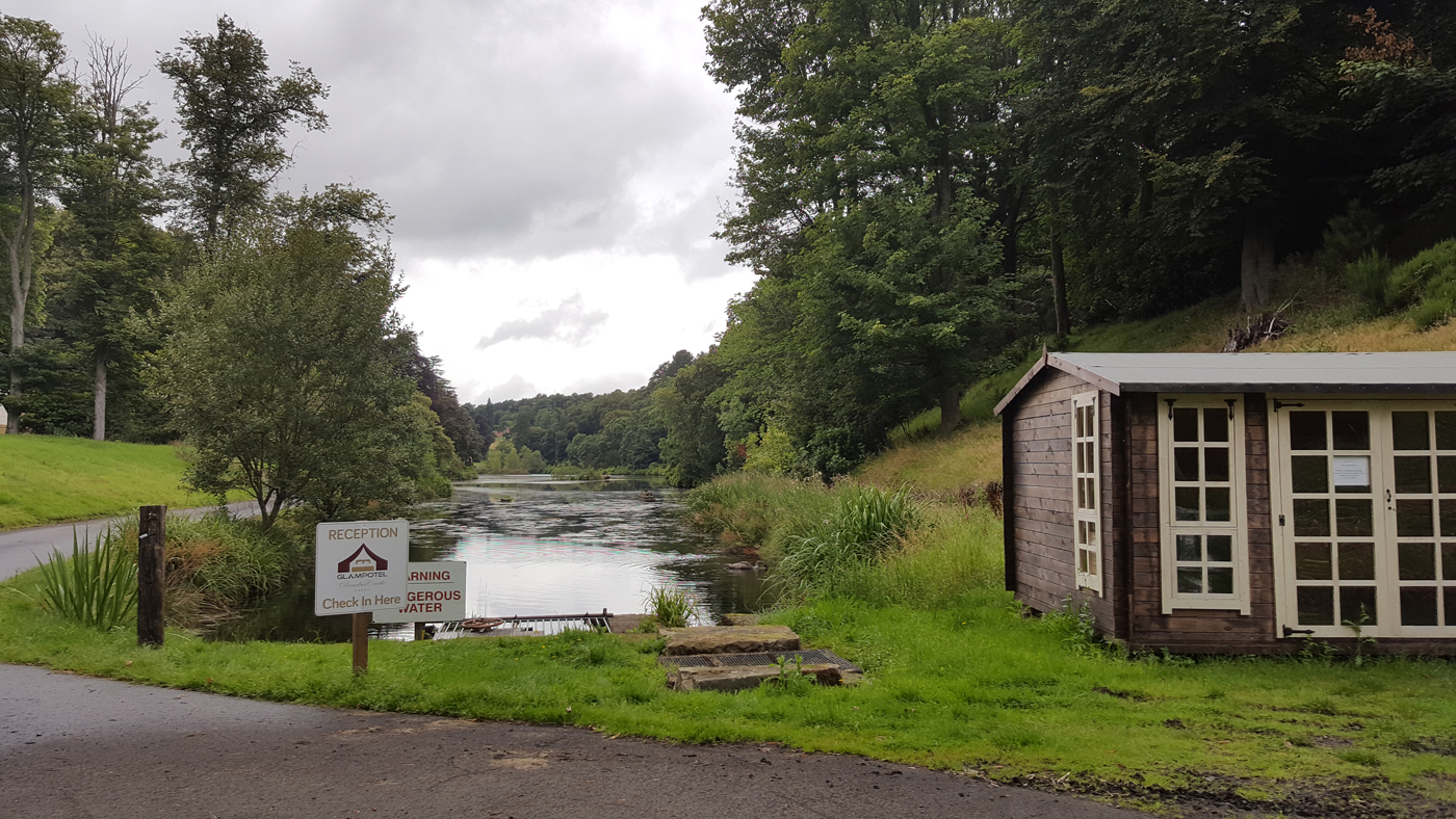 Glampotel Dundas Castle welcome hut private loch