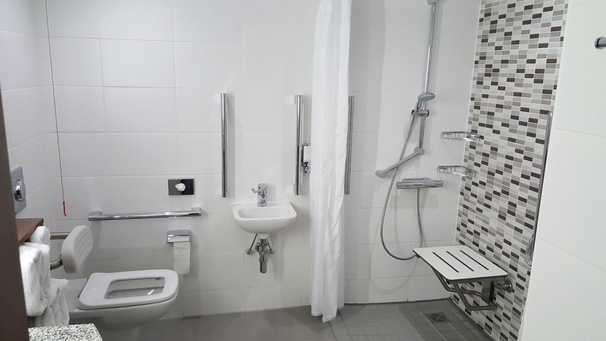 hampton by hilton bristol city centre bathroom toilet roll in shower accessible