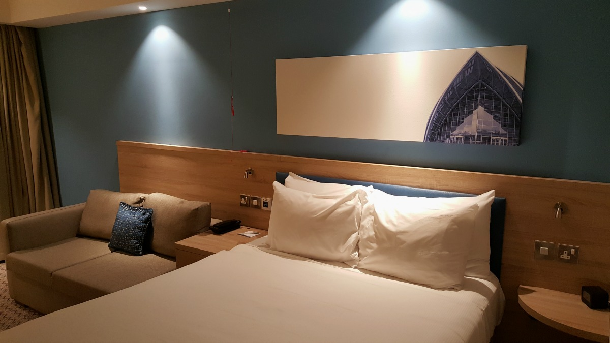 hampton-by-hilton-glasgow-central-queen-size-bed