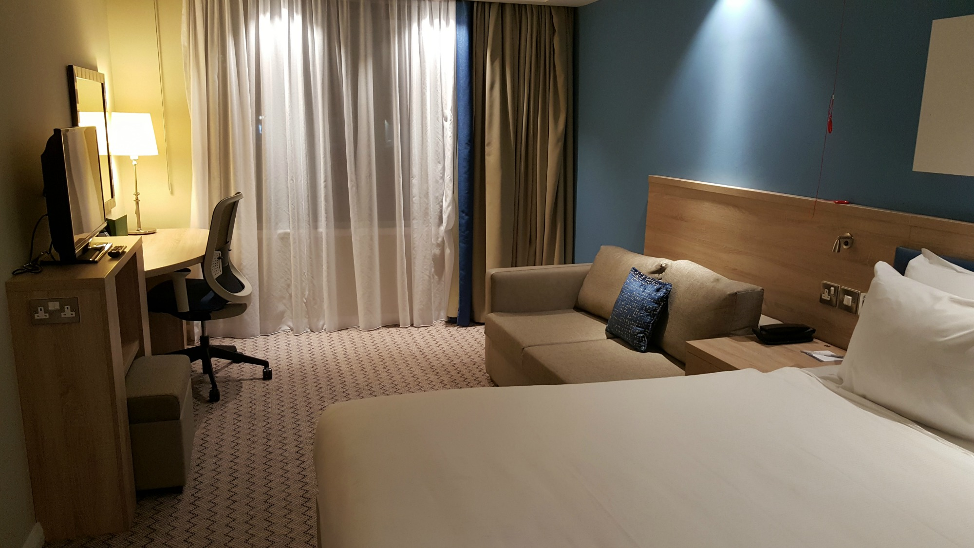 hampton-by-hilton-glasgow-central-wheelchair-accessible-room