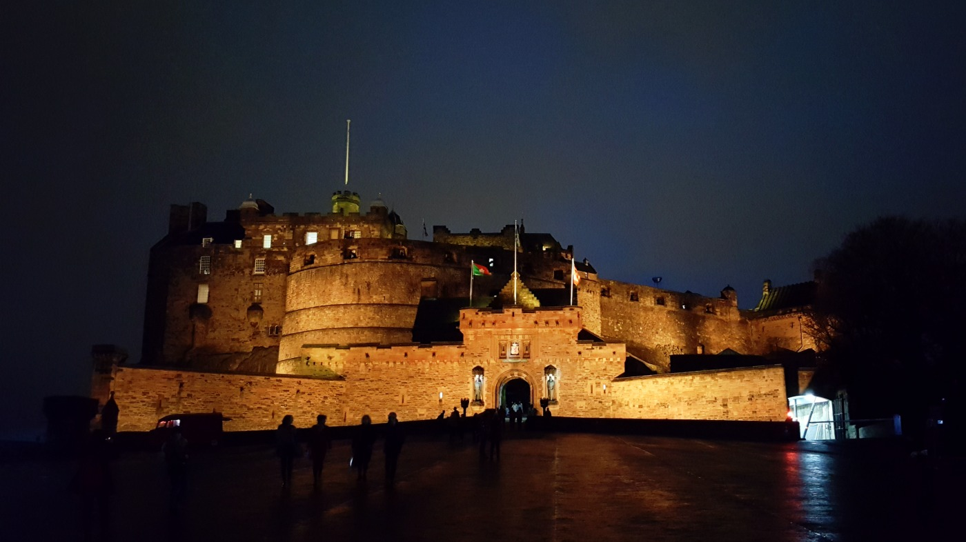 edinburgh-castle-at-night