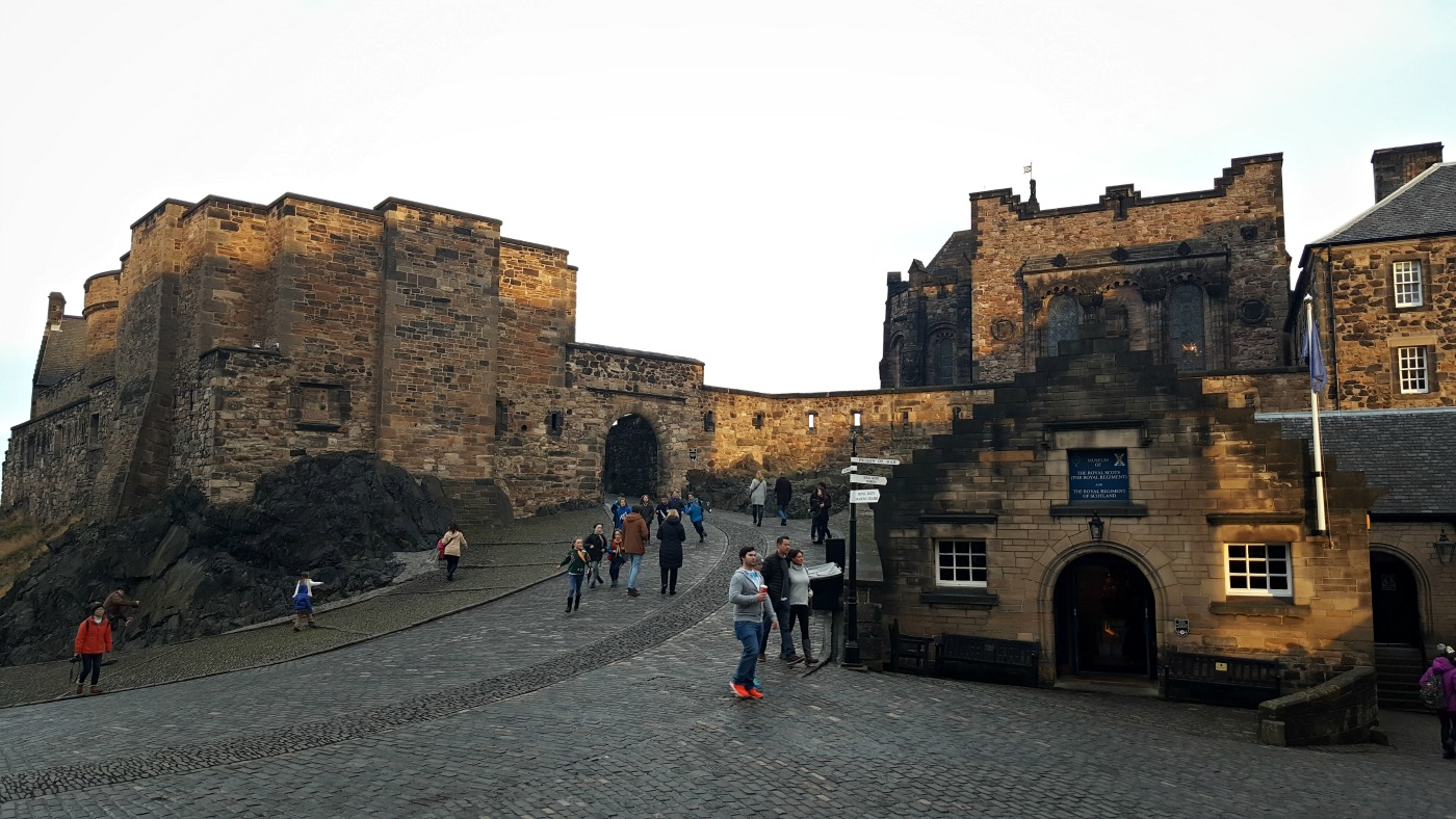 edinburgh-castle-main-area-cobble-paths