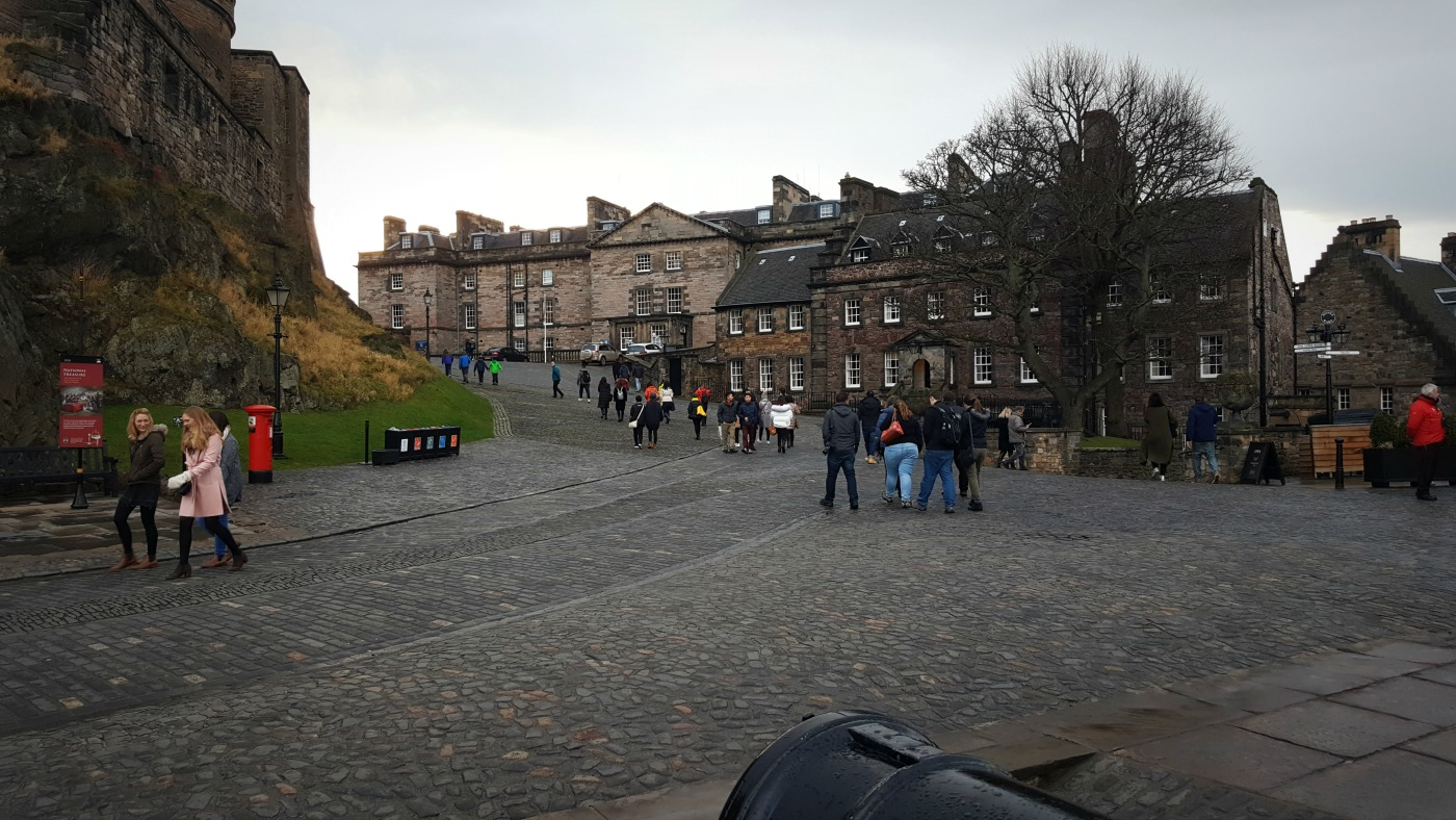 edinburgh-castle-main-square-cobble-slopes