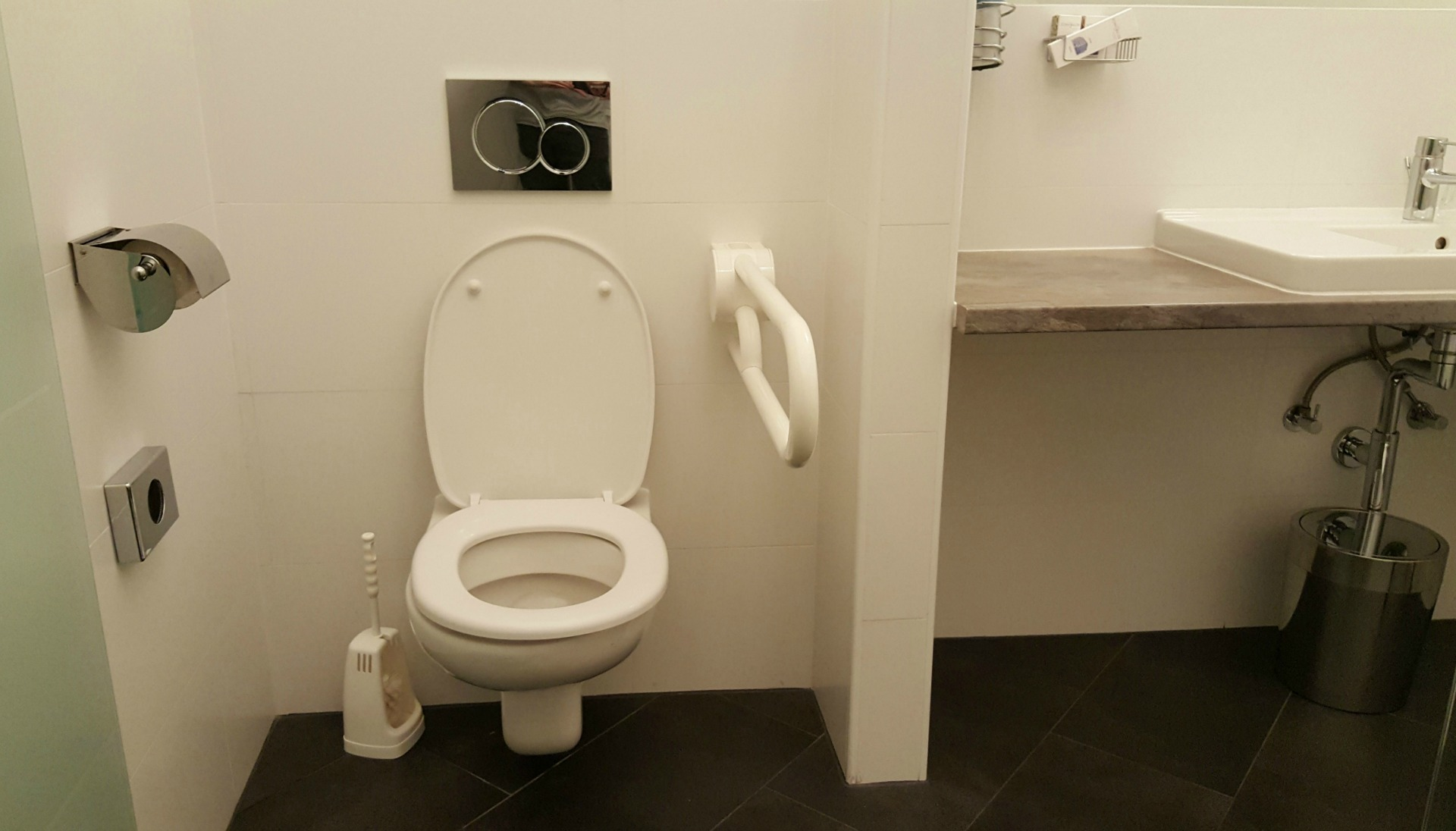 Boutique_Hotel_Donauwalzer_wheelchair_accessible_bathroom_toilet