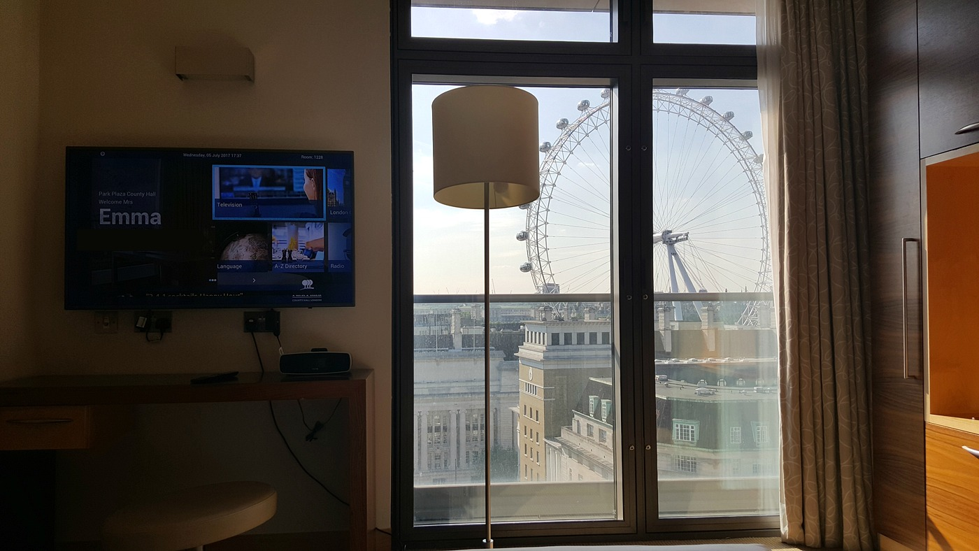 park-plaza-county-hall-junior-suite-bedroom-london-eye-view