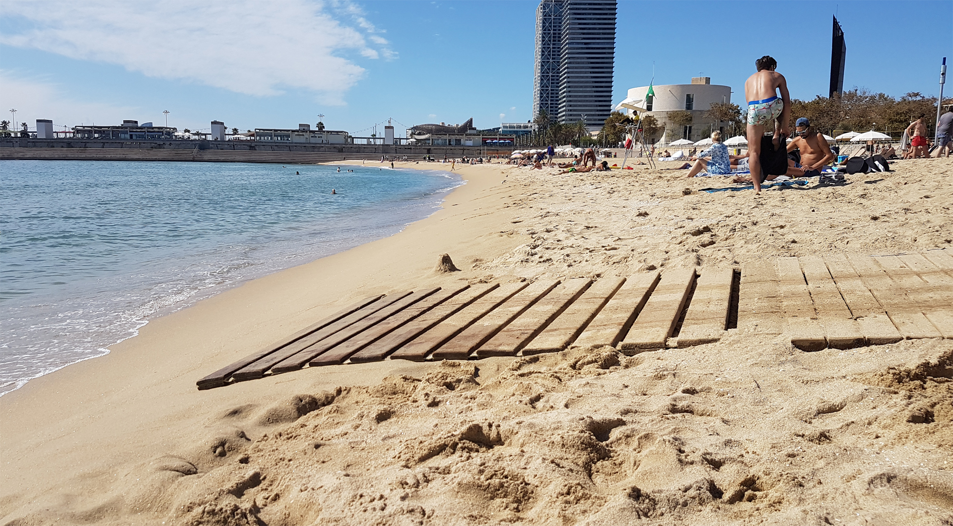 accessible-travel-guide-to-barcelona-Nova -icària-beach-barcelona-wooden-boardwalks