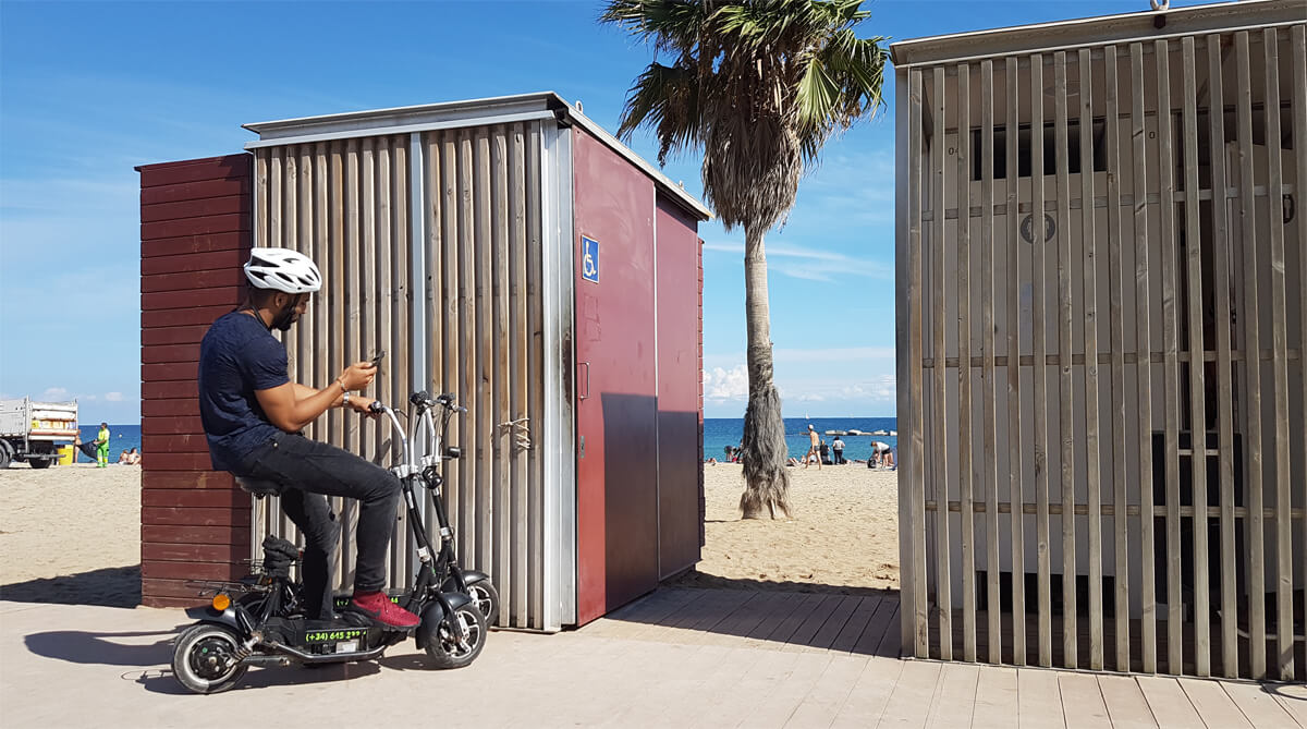 wheelchair-accessible-public-toilets-on-nova-icaria-beach-in-barcelona