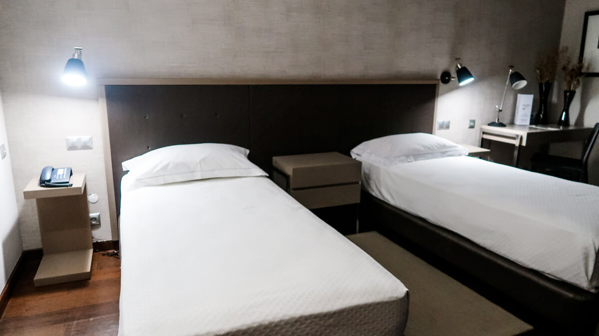 Two twin beds in the accessible room at Villa Batalha Hotel